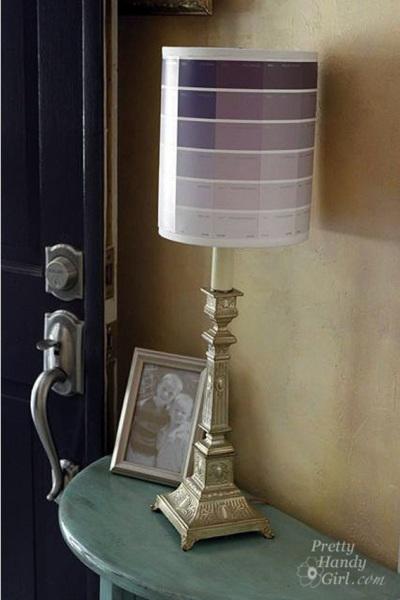 1. Hias kap lampu meja dengan motif ombre menggunakan kartu warna cat.
