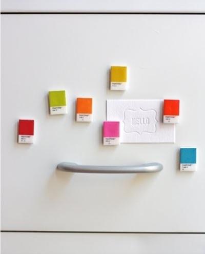 13. Magnet kulkas terbuat dari kartu warna cat.