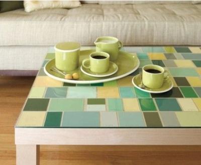 8. Meja yang dihias mozaik dari kartu warna cat.