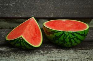 Semangka adalah sumber lycopene, antioksidan, vitamin, dan mineral penting. Bermanfaat untuk anti radang, menjaga kesehatan mata, mencegah kanker, mencegah gangguan ginjal, dan manfaat sehat lain.