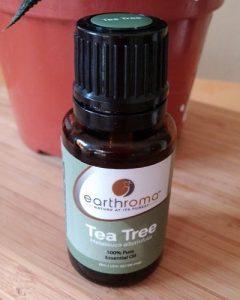 Tea tree oil mengandung antimikroba sehat yang mampu membunuh bakteri penyebab jerawat. Juga memiliki manfaat yang sama seperti benzoyl peroxide pada produk anti jerawat, tapi tanpa efek samping.